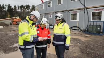 Tähän se nousee.  Marko Saloranta (NCC), Kari Jäppinen (Cramo) ja Pekka Kilo (NCC) Laajasalon ostoskeskuksen työmaalla.