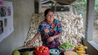 Rosa Camaja i Guatemala säljer grönsaker från sin förstubro.