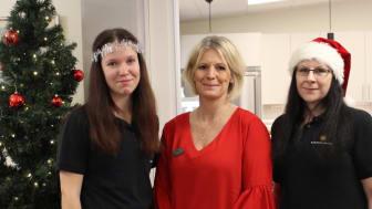 Cecilia Aurell (i mitten) tillsammans med Matilda Gustavsson (till vänster) och Veronica Svensson (till höger) från restaurangen som alla finns med och hjälper till under julafton.