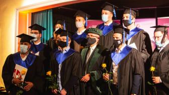 Mit ihrem Studiengang zufrieden: Absolventen und Studierende des Master Business Managements an der HdWM