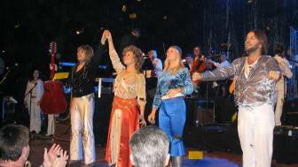 Medlemmarna i Waterloo tillsammans med National Symphony Orchestra vid konserten i Hollywood Bowl, Los Angeles