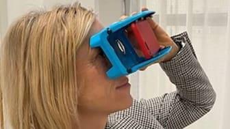 Vad gör man när pandemin hindrar skolan från att välkomna vårdnadshavare till öppet hus? Kista grundskola köpte in VR-glasögon, skickade dom till vårdnadshavare i närheten av skolan. På bilden: Eleni Siousti, biträdande rektor.