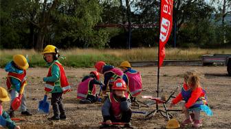 Både stora och små spadar hjälpte till när de första spadtagen togs för bygget av Skogsbyns förskola i Förslöv