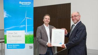 """Stefan Baumeister (Geschäftsführer myclimate Deutschland) überreicht Martin Risse (Barmenia-Vorstandsmitglied) die Urkunde """"klimaneutrale Hauptverwaltungen"""