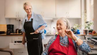 Kattis 72 år, hjälper Birgith 81 år att laga mat. Båda älskar att kombinera umgänget med matlagningen.