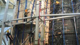 I yrkestävlingen för industriella klättrare utförs tävlingsmomenten på upp till 15 meters höjd.
