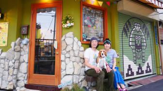 """Falafel-VMs mest långväga deltagare, Taguchi Naoto och Ayako Hina, driver till vardags restaurang Gold Falafel i Osaka i Japan. """"Vår logga är en korsning mellan en egyptisk sfinx och vår beagle."""""""
