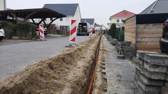 Nuthetal erhält Deutsche Glasfaser Netz: Tiefbauarbeiten - hier mit der Fräse - zum FTTH-Glasfasernetz haben im Ortsteil Saarmund begonnen (DG)