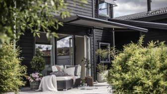 I år er det de monokrome fargene som vinner frem på utsiden av de norske hus. Det er både sofistikert og vakkert.