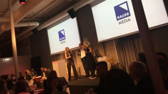 Maja Thomhave på Bauer Media tar emot pris på Digital PR Awards