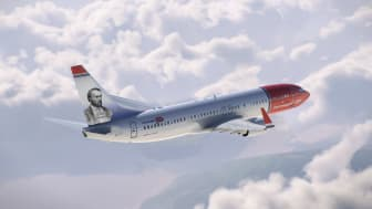 Aleksis Kivi koristaa Norwegianin Boeing 737-800 -koneen pyrstöä.