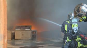Brandmænd i kamp mod flammerne i Notre Dame