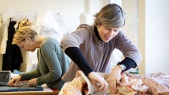 Anne-Marie Ryding och Anna Adrian arbetar med konservering av de dräkter som ställs ut i Göteborgs garderob, foto Kristin Lidell