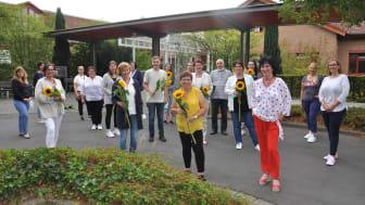 Sonnenblumen für die Absolventen der Krankenpflegehilfe-Ausbildung. Alle Namen von links nach rechts finden Sie in der Bildbeschreibung am Ende des Haupttextes.