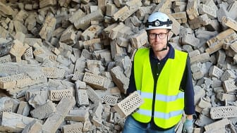 En nyckelperson i satsningen på återbruk av tegel hos Brukspecialisten är Carl Hansson i sin roll som konstruktör samt projektledare för återbruksproduktionen. Ett arbete som nu lett till att man tilldelats Woodys Miljö & Hållbarhetspris 2020.