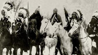 Bildtext: Hövdingarna Little Plume, Buckskin Charlie, Geronimo, Quanah Parker, Hollow Horn Bear och American Horse besöker skolan i Carlisle på väg till president Theodore Roosevelts installationsceremoni i Washington 1905.