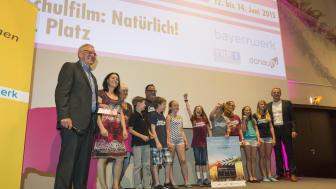 Foto Platz 1: Klasse 5b des Comenius-Gymnasiums in Deggendorf mit Ralph Thoms, Leiter der NaturVision Filmtage (links) und Christoph Henzel, Leiter des Kommunalmanagements des Bayernwerks (rechts außen)