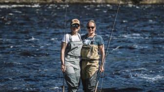 Sirly Ylläsjärvi ja Heidi Seikkula perhokalastamassa. Kuva Tommi Hynynen