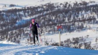 Ramundberget förlänger längdskidsäsongen med extra tidig start på försäsongen. Skidåkaren Ida Ingmarsdotter ger tummen upp och ser fram emot satsningen på tidig snö.