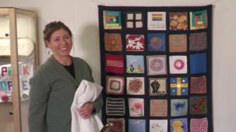 Elisabeth Lann fnissar åt de underfundiga bilder som finns med i Coronaknåpet.