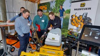 Maschinen und Menschen – Auf dem Motoristen-Kongress führten die Besucher und Herstellervertreter gute Gespräche über Trends und Technik.