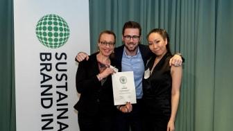 Synsam är Sveriges mest hållbara optiker enligt svenska konsumenter. Jenny Fridh, Victor Sundholm och Wai Chan från Synsam tar emot priset.