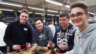 Jannes Klingebiel, Leon Renziehausen, Florian Scholz und Tobias Remmel in der Ausbildungswerkstatt von Westfalen Weser Netz in Kirchlengern beim Energy Camp (v.l.).