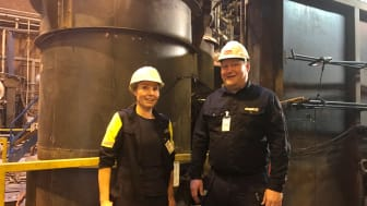Projektledare Katarina Lundqvist, Swerim samt Fredrik Nyman AGA Linde vid reaktorn. Både är nöjda då allt går helt enligt plan och processen har optimerats och stabiliserats jämfört med vårens försökskampanj.