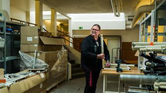 Mikael Bergström i möbelförrådet