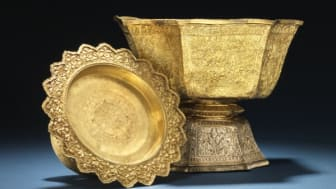 Admiral Andreas du Plessis de Richelieu's golden bowls were both gifts from King Rama V of Siam. Estimate: DKK 150,000-200,000 and 400,000-500,000, respectively.