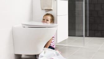 Seinä-wc helpottaa kylpyhuoneen siivousta, koska lattia jää istuimen alta vapaaksi.