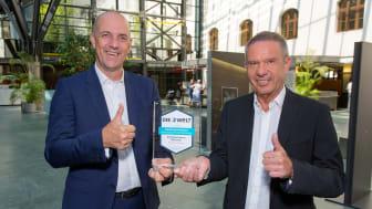 Stefan Hattenkofer (links), als Vorstand für das Individualkundengeschäft zuständig, gratuliert dem Direktor für Private Banking, Günter Zehner (rechts), für das erneut errungene Testsiegel für das beste Private Banking in München.