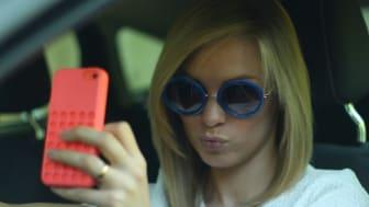 FARLIG: Spesielt unge sjåfører bruker mobilen mens de kjører bil (Illustrasjonsfoto)