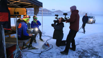 Programledarna Jan Versteegh (närmast kameran i färgglad mössa) och Geraldine Kemper tar igen sig efter de första två timmarna på skridskor.