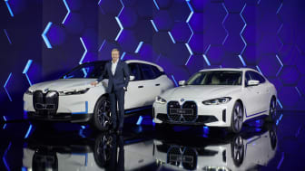 Oliver Zipse foran BMW iX og BMW i4