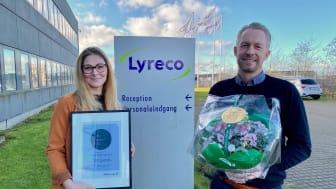 På billedet ses Gro Kardel, Quality and Sustainability Manager i Lyreco Scandinavia (tv.), og Dines Sirvent Graakjær, Corporate Sales Director i Lyreco Scandinavia (th.). Foto: Lyreco