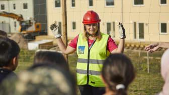 Sofi Eriksson från BoKlok berättar för barn från Rosengårdsskolan om projektet BoKlok Botildenborg, Västra Kattarp, Malmö.