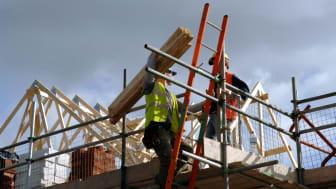 Klimatpåverkan för att bygga ett modernt flerbostadshus är lika stort som husets driftenergi under 50 år, enligt IVL Svenska Miljöinstitutet
