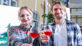 Emma Altenhammar och Marcus Dickson skålar för sin lyckade kombucha smaksatt med skogsbär.
