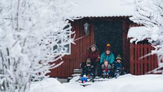 Kristopher och Ellen Vanes och deras tre söner. Foto: Jonas Westling.
