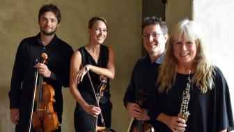 Oboisten Anette Kumlin i sällskap med några av  Camerata  Nordicas musiker.