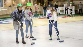 Elever provar curling