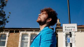 """UK-stjärnan Tom Grennan släpper nya albumet """"Evering Road"""" idag"""