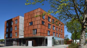 Dansk Talentakademi i Holstebro har netop fået installeret Lindabs Pascal-system, der løser ventilationsudfordringen i en bygning med mange rum og et varierende antal brugere.