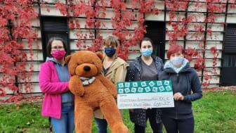 Kerstin Stadler vom Kinderhospiz Bärenherz nimmt den Spendenscheck von Lea Schnellschmidt, Patricia Buttgerereit und Lisa Michaelis entgegen