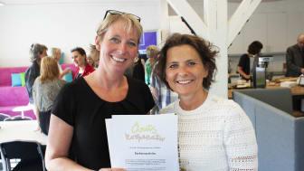 Anna Johansson och Eva Marsh från Backatorpskolan tog emot priset Årets Kooperativ hos Coompanion Göteborgsregionen.