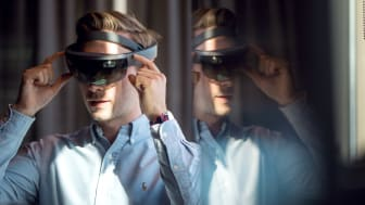 MIXED REALITY: Hololense-teknologi gjør det mulig å se byggverk på planlagt tomt, før byggestart. Foto: Sopra Steria.