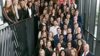 Vorstandsvorsitzender der Stadtsparkasse München Ralf Fleischer feierte zusammen mit seinen Azubis deren erfolgreichen Ausbildungsabschluss - zusammen mit den Azubis der weiteren oberbayerischen Sparkassen.