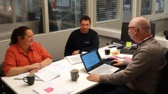 Revision pågår hos Palmbergs golvservice som ansökt om att bli Auktoriserat Golvföretag. Ann-Sofie Tübinger, Mikael Palmberg och Anders Karpesjö.