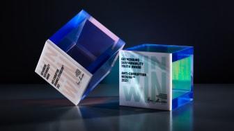 Årets pristagare får ta emot den karaktäristiska kuben. Årets kub är designad av den tyska konstnären Regine Schumann, en internationell superstjärna på konstscenen. Foto: Carl Ander/WIN WIN Award